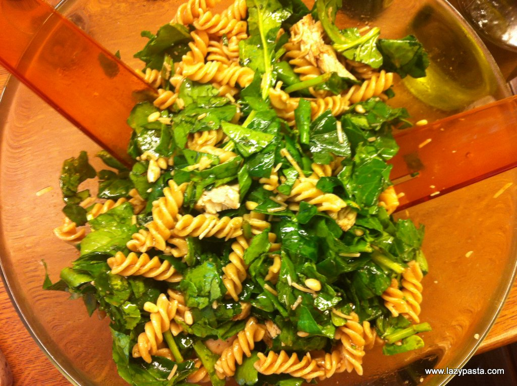 Fusilli salad with spinach and chicken