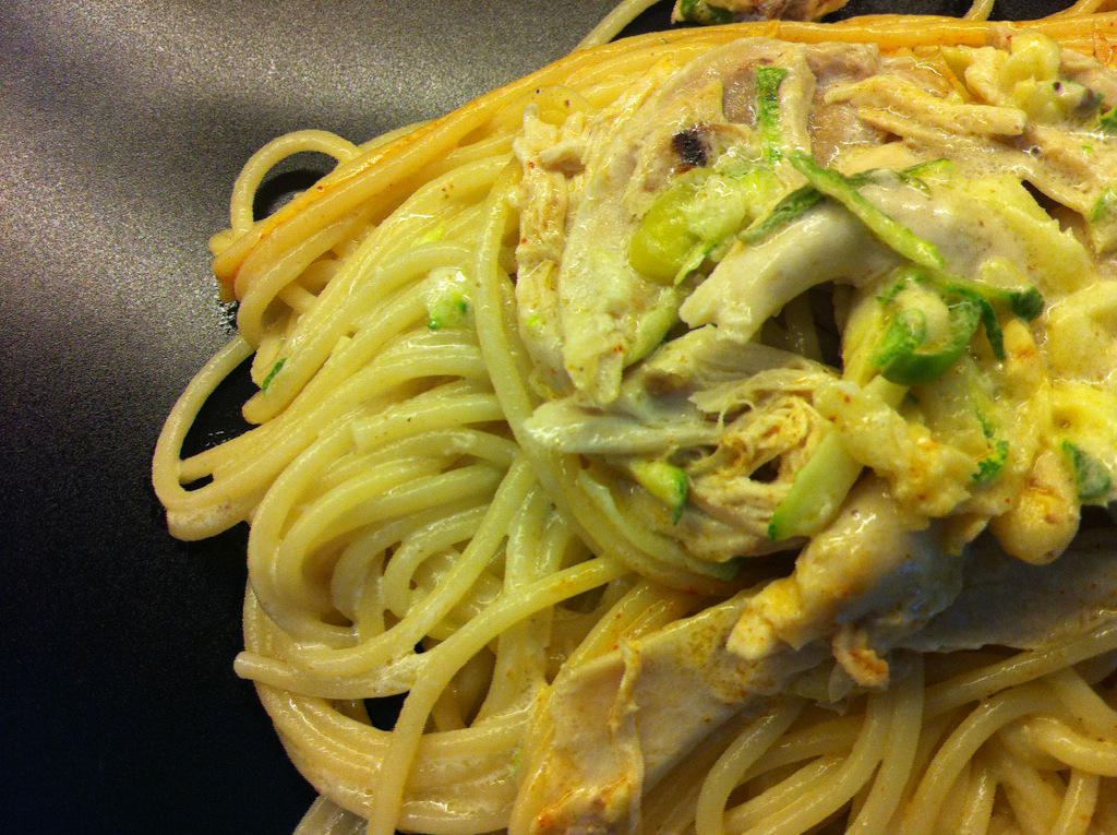 Spaghetti with chicken and zucchini