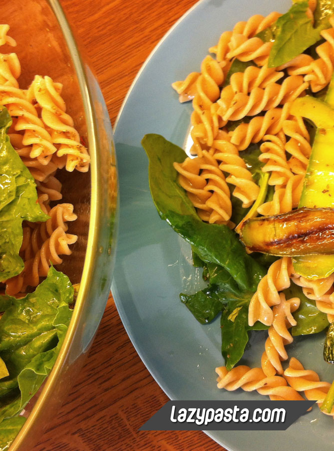 Fusilli salad with spinach and roasted zucchini
